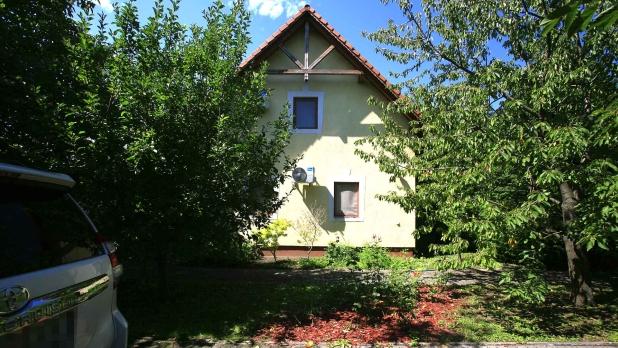 Balaton partján, vízpart közelében, fiatal, alig használt lakóház eladó