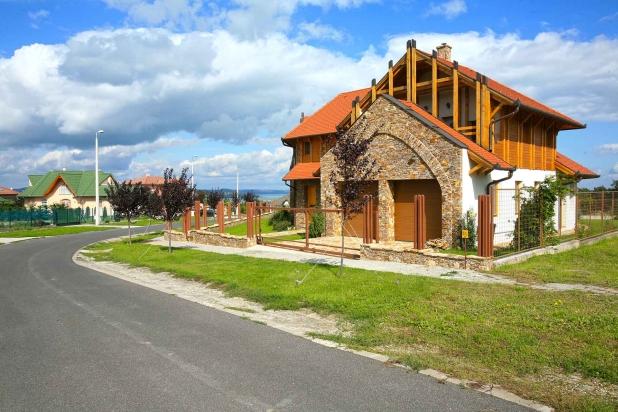 Reprezentatív luxus lakóház a Balaton déli partján