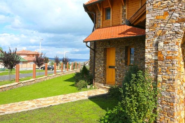 A mediterrán lakóház utcai homlokzata natúr terméskő