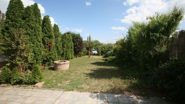 Balaton északi partján, 1 + 3 félszobás társas-nyaraló eladó