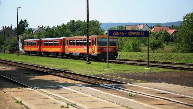 Hegyek között, völgyek között zakatol a vonat. Zánka vasútállomás.
