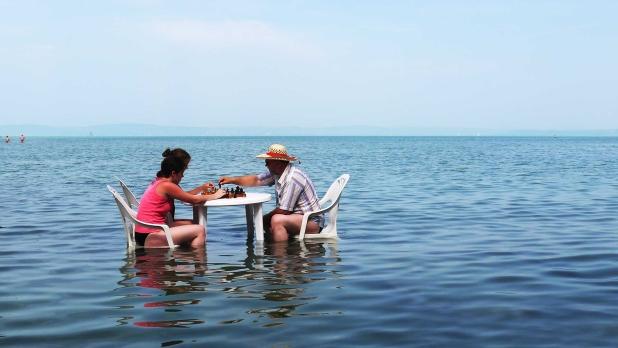 Sakkozás a Balaton vízében.