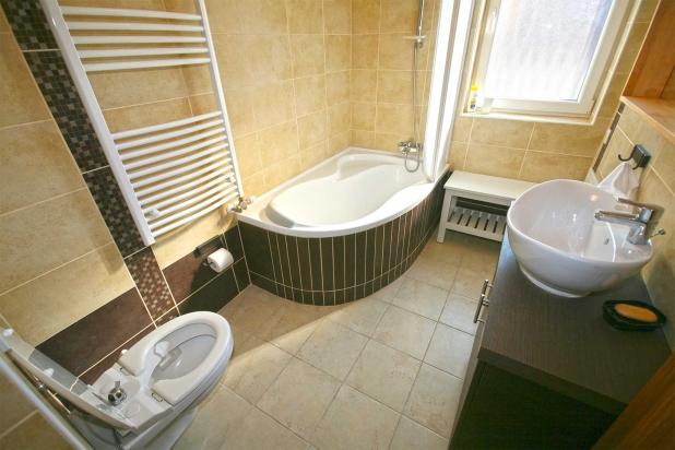 A fürdőszoba minőségi berendezési tárgyakkal van felszerelve.