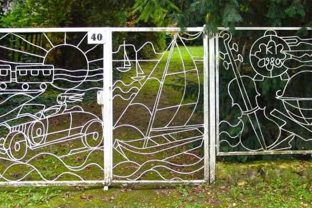 Az utcai kerítés önmagában is hangulatot teremt