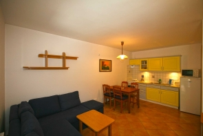 Balaton északi partján, 2 lakrészes nyaraló, eladó