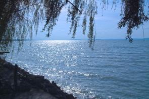 A Balaton,  dél-nyugati ellenfényben