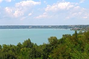 Kék víz, fehér vitorlák Balatonvilágos magas-partjáról nézve.