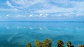 Balatonvilágos magas-part. A Balaton itt a legszélesebb, 14 km.