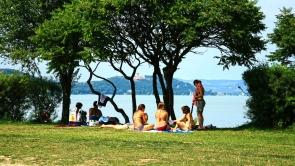 Zamárdi, nagy strand, nyaraló fiatalokkal.