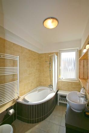 A fürdőszobán van ablak, így a természetes szellőzés megoldott.