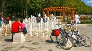 Balatonfüred kikötő, pihenő turisták.
