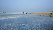 Befagyott Balaton, a jégen korcsolyázókkal, Siófokon.