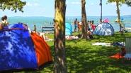 Balatonföldvár, Kvassay sétány, strandolók a Balaton partján.